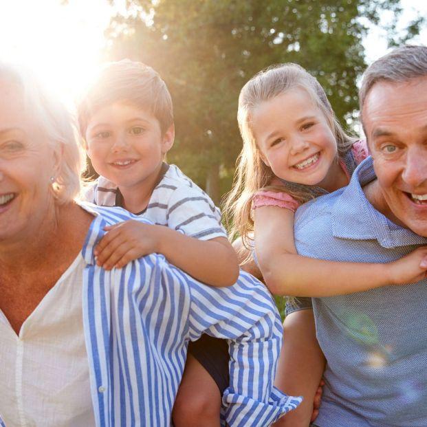 Un estudio revela que cuidar de los nietos es beneficioso para la salud de los abuelos (Bigstock)