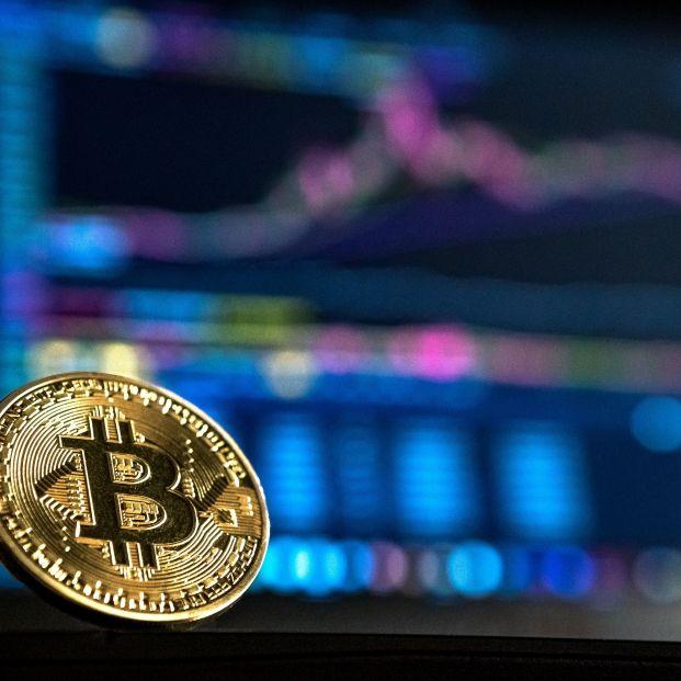 Ojo a la extrema volatilidad del bitcoin: cae por el miedo a fraudes y una mayor regulación