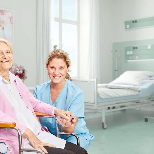 El servicio de cuidadores en hospitales para mayores: cómo funciona y dónde se puede solicitar