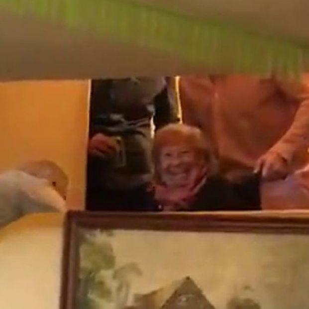 El vídeo más divertido de la Navidad: así bajan a cenar a una abuela en silla de ruedas