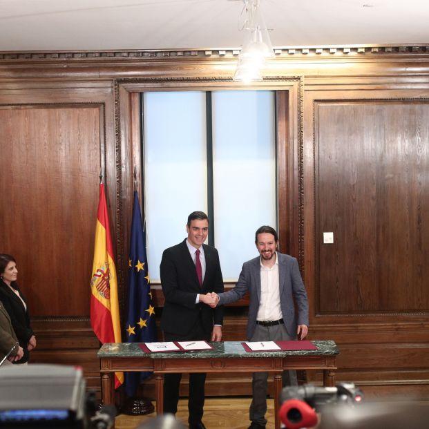 EuropaPress 2568330 El presidente del Gobierno en funciones Pedro Sánchez (izq) y el secretario general de Podemos Pablo Iglesias (dech) se dan la mano durante el acto de presentación del programa de Gobierno del PSOE y Unidas Podemos en