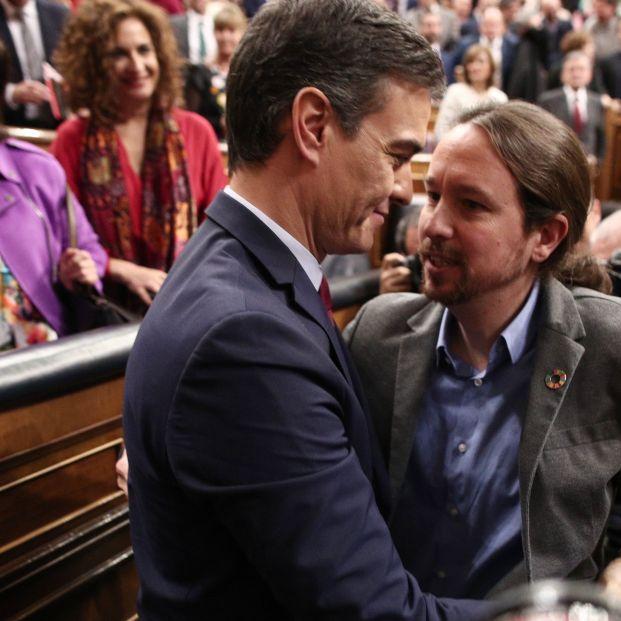 EuropaPress 2577738 El secretario general de Podemos Pablo Iglesias felicita al al presidente del Gobierno Pedro Sánchez tras ser elegido al finalizar la segunda sesión de votación para la investidura del candidato socialista a la Presid