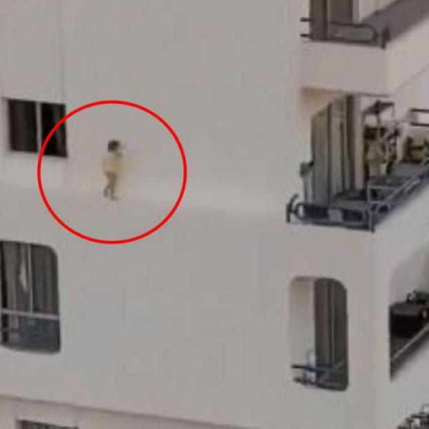 El vídeo estremecedor de una niña correteando por la cornisa de un edificio