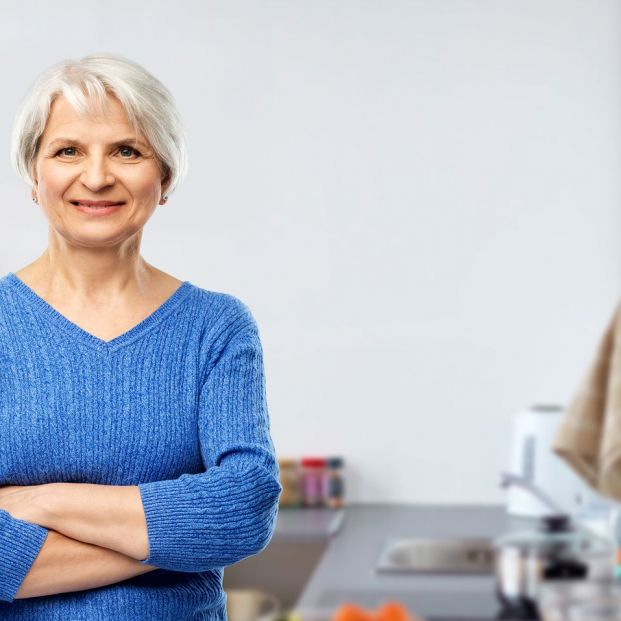 Una  mujer delante de una cocina accesible