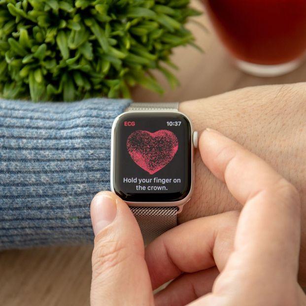 ¿Cómo un smartwatch puede ayudarte a controlar tu estado de salud en cualquier situación? El caso del Apple Watch. (big stock)