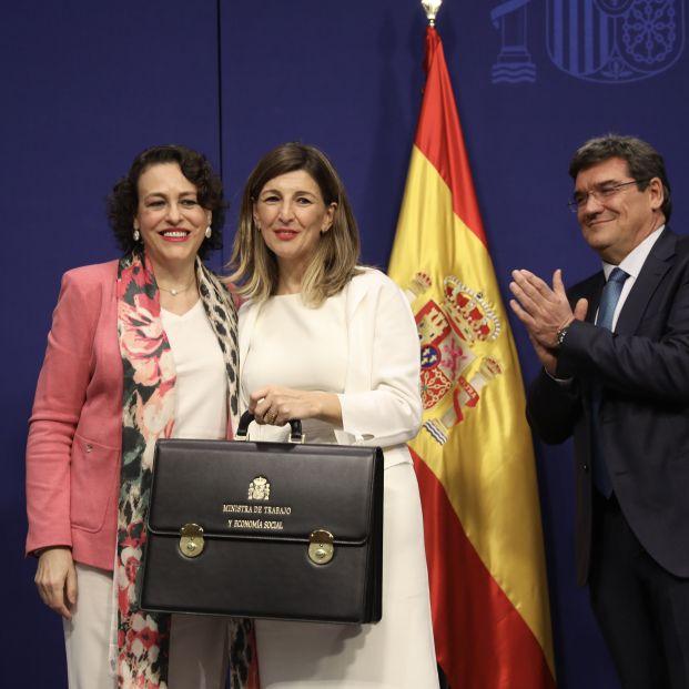 Magdalena Valerio (izq) posa junto a la nueva ministra de Trabajo Yolanda Díaz