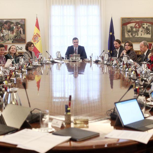 Sala de reuniones de La Moncloa durante el primer consejo de ministros del Gobierno de coalición del PSOE y UP. Las pensiones suben 0,9%  pero UDP pide asegurar sostenibilidad y mantenimiento poder adquisitivo