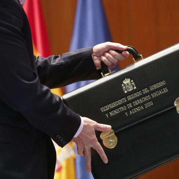 EuropaPress 2588703  El vicepresidente de Derechos Sociales y Agenda 2030 para el Gobierno de coalición de PSOE y Unidas Podemos en la XIV Legislatura Pablo Iglesias sujeta su cartera después de haberla recibido de manos de la vicepreside