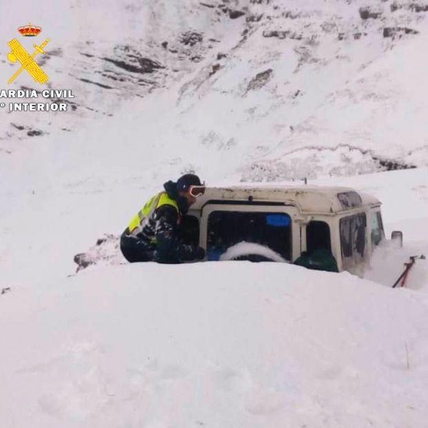 La Guardia Civil difunde 9 pasos a seguir si te quedas atrapado en el coche por la nieve