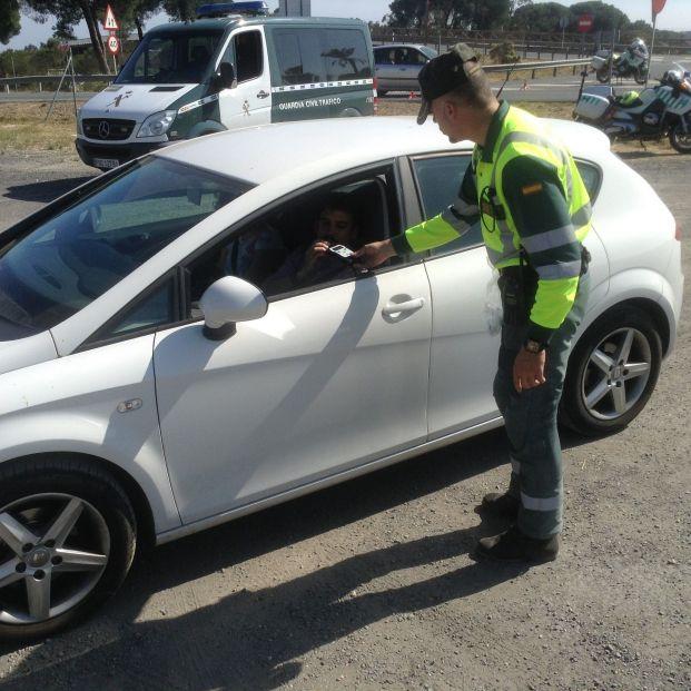 La DGT advierte: lo que debes hacer si te para la Guardia Civil en carretera (Foto: EuropaPress)