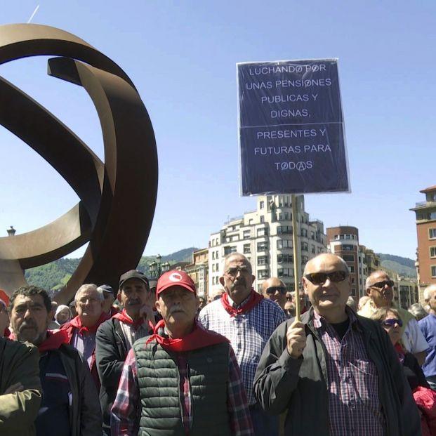Algunos de los pensionistas concentrados frente a las escalinatas del ayuntamiento de Bilbao durante la manifestación por la defensa de las pensiones