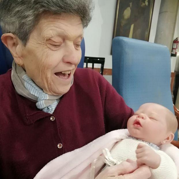 Bebés hiperrealistas para mejorar el ánimo de los mayores en una residencia de Sevilla