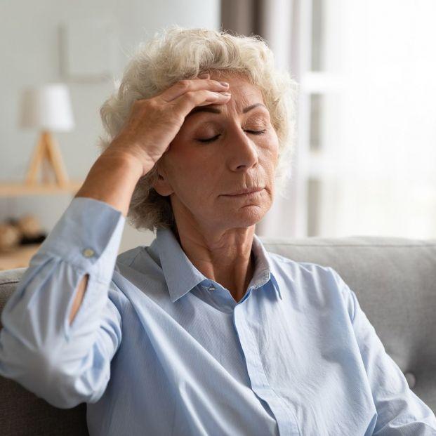 ¿Qué riesgos tiene para una persona mayor tener bajo el nivel de sodio en la sangre?
