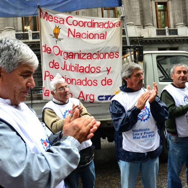 Las pensiones en Argentina, una bomba de relojería: las cotizaciones solo cubren el 60% del gasto