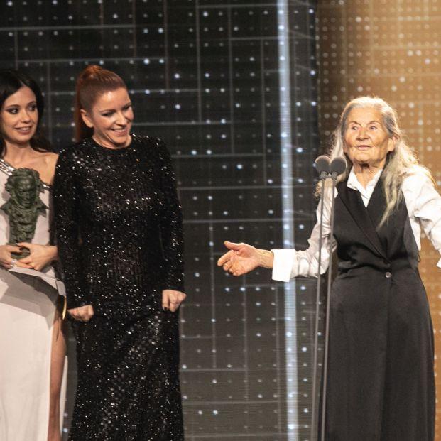 Las actrices Anna Castillo y Eva Llorach entregan el premio a la mejor actriz revelación a Benedicta Sánchez por Lo que arde durante la XXXIV edición de los Premios Goya en Málaga (Andalucía España) a 25 de enero d
