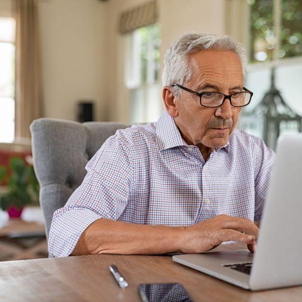 Cómo debe sentarse una persona mayor frente al ordenador para no tener molestias en la espalda