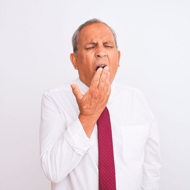 hombre mayor bostezando