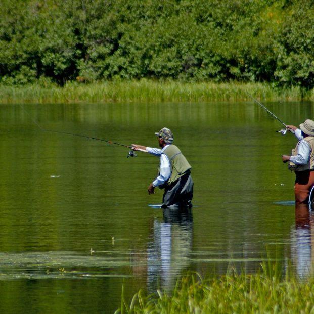 Requisitos para pescar en un río (bigstock)