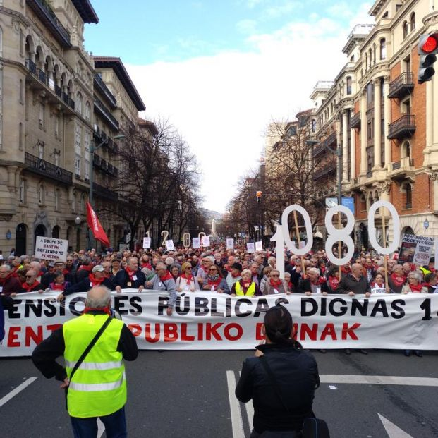 """Miles de personas se manifiestan en el País Vasco y Navarra por """"trabajos y pensiones dignas"""""""