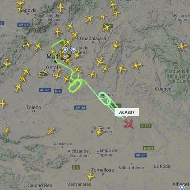 Un avión de Air Canada sobrevuela Madrid a la espera de realizar un aterrizaje de emergencia