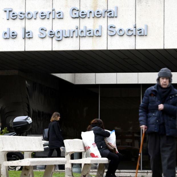 Ayudas para mayores de 52 años, qué hacer si has agotado el subsidio por desempleo Dos personas pasean por la entrada de la sede de la Tesorería General de la Seguridad Social en Madrid (España) a 6 de febrero de 2020