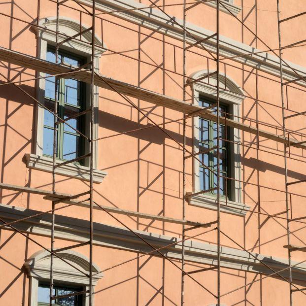 Fachada de una vivienda en obras (bigstock)