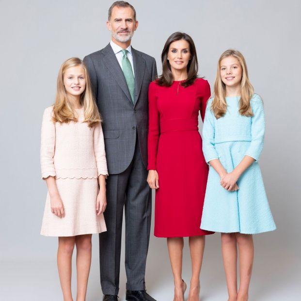 Los 10 nuevos retratos oficiales de los Reyes y sus hijas