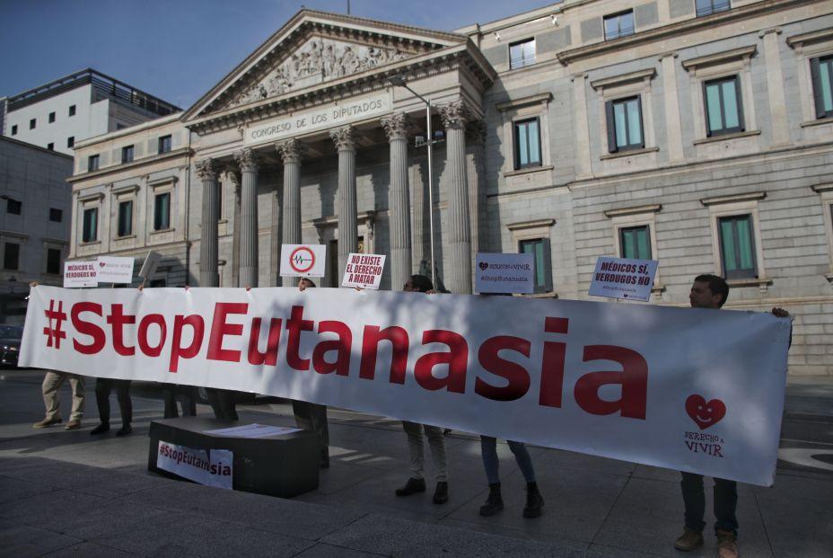 EuropaPress 2644192 Varias personas de la organización `Derecho a Vivir´ se concentran frente al Congreso de los Diputados con una pancarta en la que se lee `StopEutanasia´ para protestar en contra de la despenalización de la eutanasia