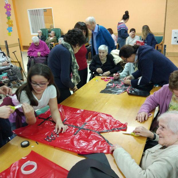 Alumnas de un colegio vizcaíno ayudan a mayores de una residencia a hacer sus disfraces de Carnaval