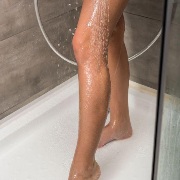 Duchas de agua fría en las piernas (Bigstock)