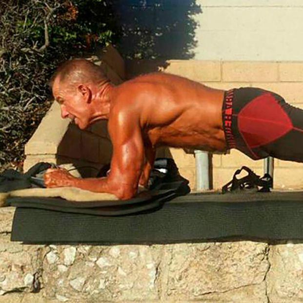 A los 62 años bate el Récord Guinness de plancha abdominal tras más de ocho horas sin descansar