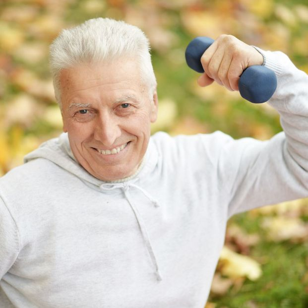 Rutina con pesas para personas mayores