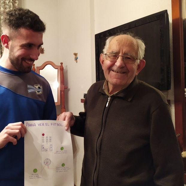 La conmovedora historia detrás del dibujo viral de un nieto a su abuelo para que pueda ver el fútbol