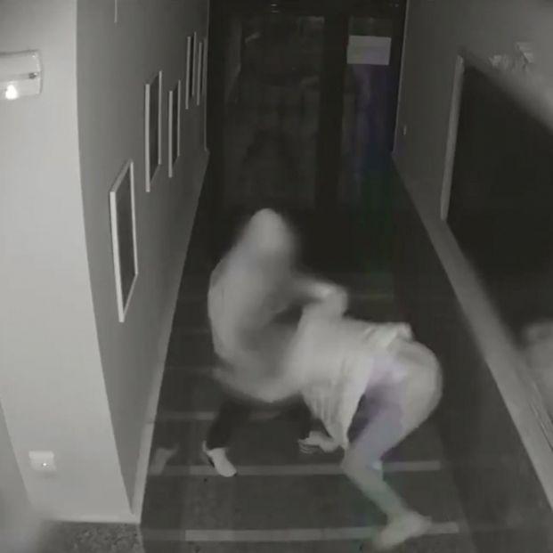 VÍDEO: Brutal asalto a una mujer mayor en el portal de su casa en Torrevieja (Alicante)