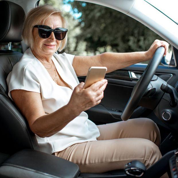 Utilizar el móvil mientras conduces puede restarte puntos en tu carnet