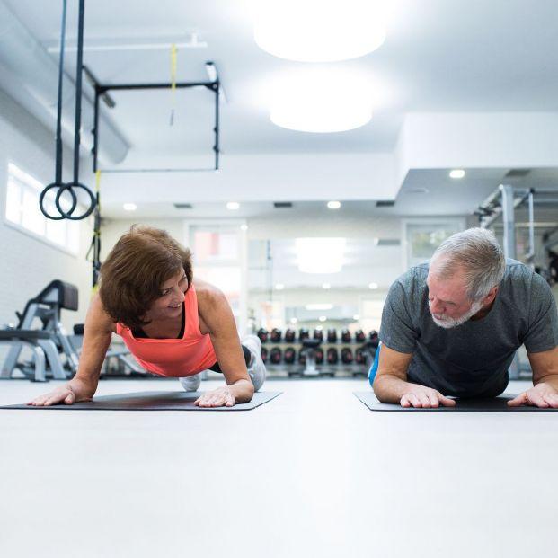 Personas mayores haciendo plancha abdominal