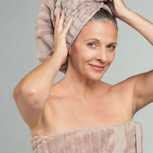 ¿Son ciertos los argumentos que defienden que es mejor no dormir con el pelo mojado?