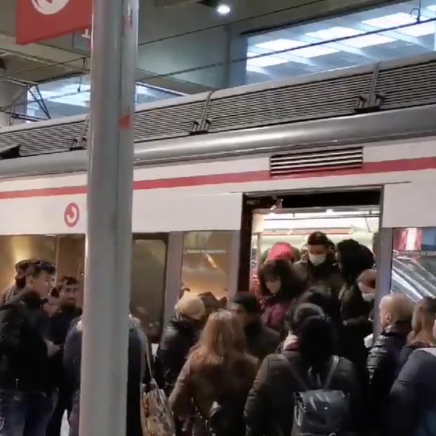 Trenes y andenes abarrotados a primera hora de este lunes en Madrid y Barcelona
