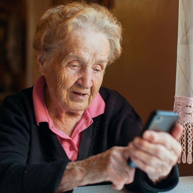 Teléfonos gratuitos para combatir la soledad de los mayores confinados por el coronavirus