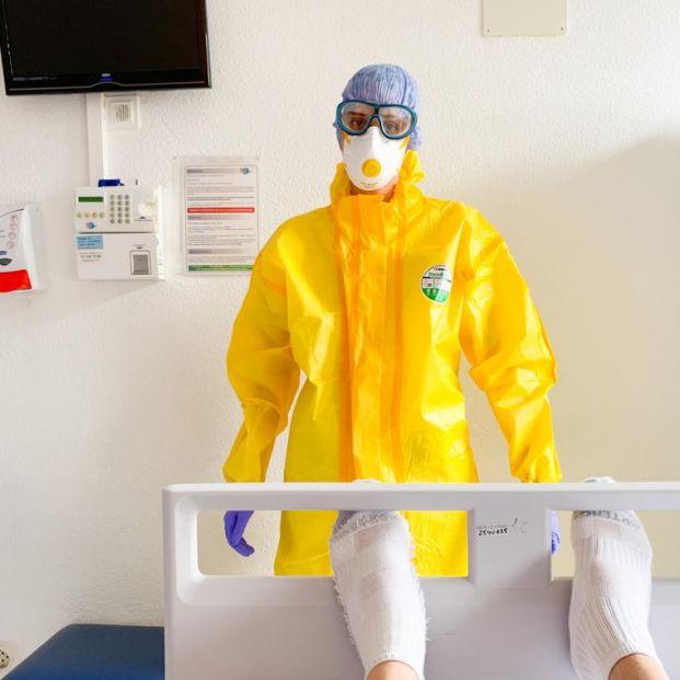 Los sanitarios usan equipos de protección del Ébola ante la carencia de medios de protección