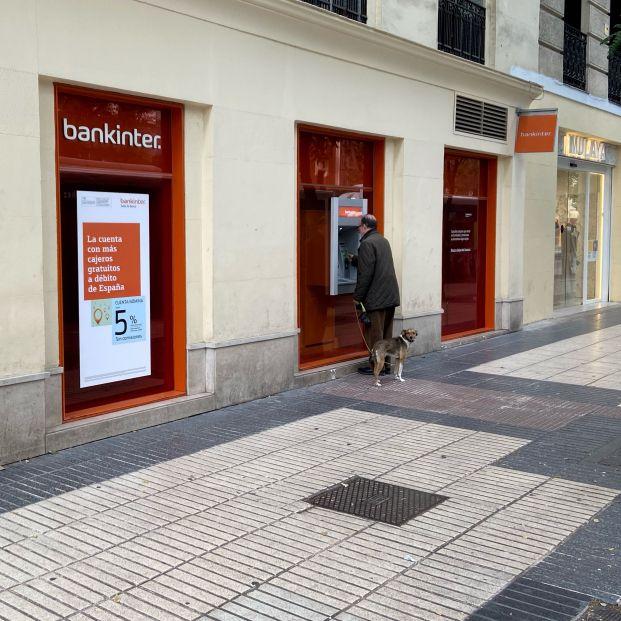 Kutxabank y Bankinter no se vuelcan con los pensionistas y no les adelantan la paga
