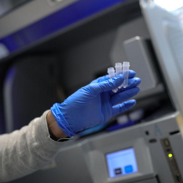 EuropaPress 2618734 trabajadora guantes muestra tres capsulas centro nacional microbiologia