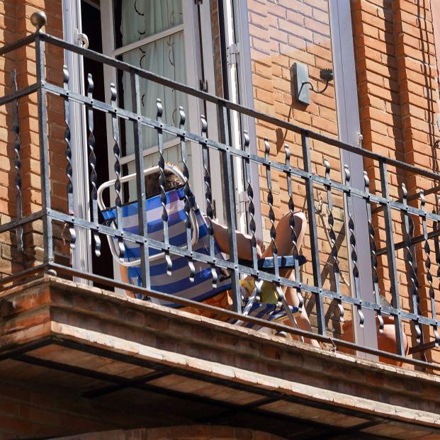Médicos recomiendan tomar el sol desde ventanas y balcones para compensar el déficit de vitamina D