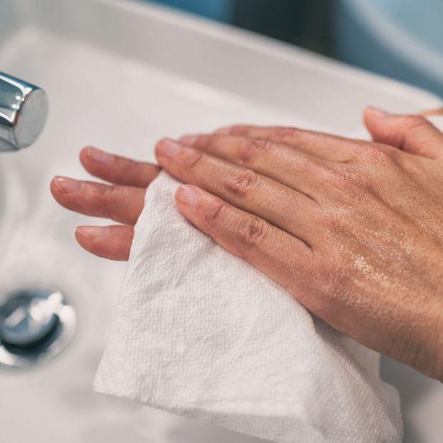 Las toallas de papel son mucho más efectivas para eliminar virus que los secadores de manos
