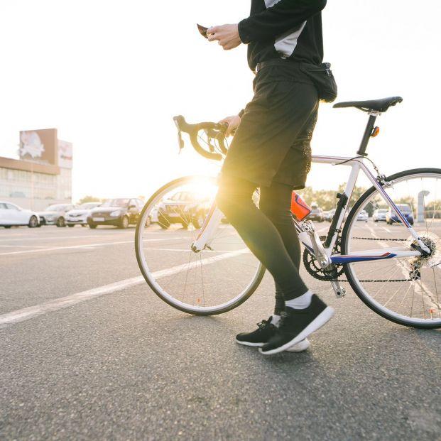 ¿Cómo tienes que llevar las luces cuando sales en bici? (Big stock)
