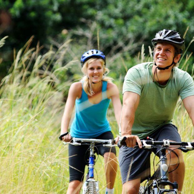 ¿Cuándo es obligatorio llevar casco para desplazarse por ciudad en bicicleta? (big stock)