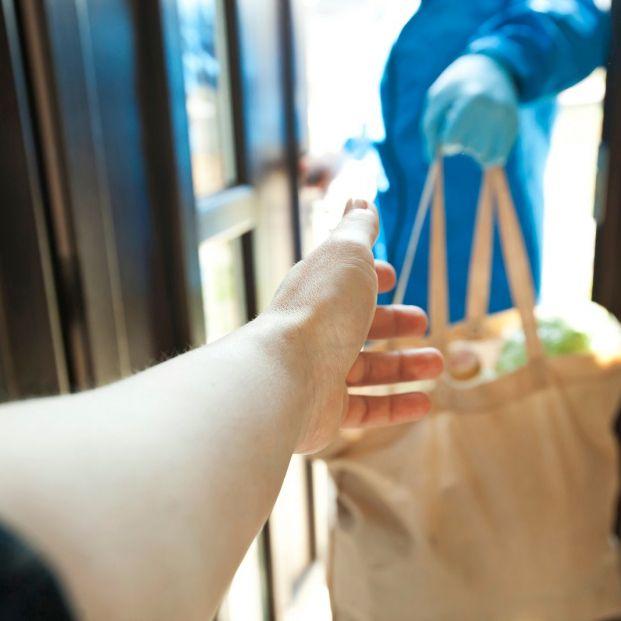 Un repartidor entrega la compra a domicilio
