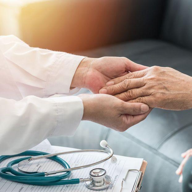 Qué especialidades trata un médico reumatólogo (Bigstock)