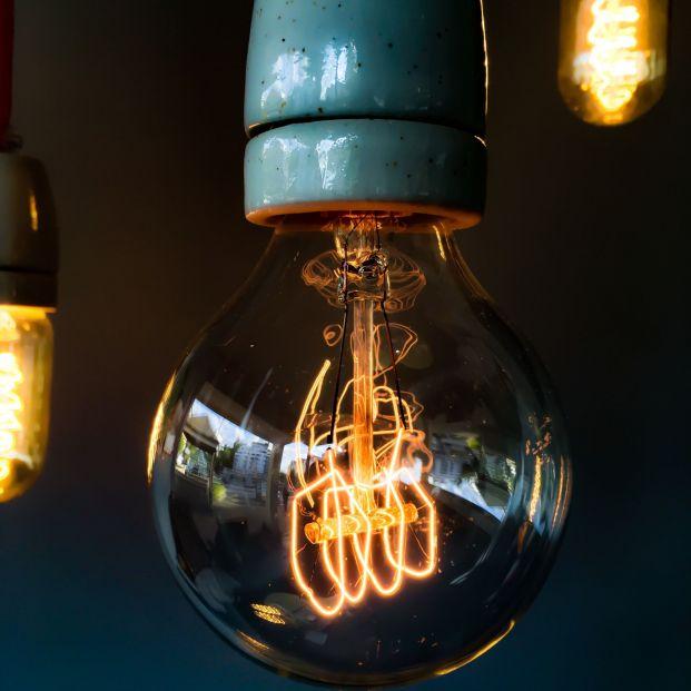 El precio de la electricidad baja un 23% en abril. Está por ver si la caída del precio eléctrico compensará el mayor consumo por el confinamiento
