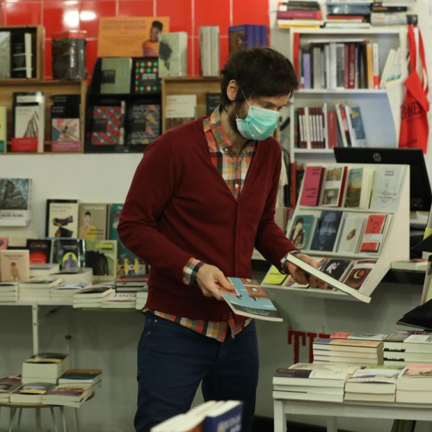 """Reglas para comprar en las librerías: gel hidroalcoholico o guantes """"para tocar libros sin miedo"""""""